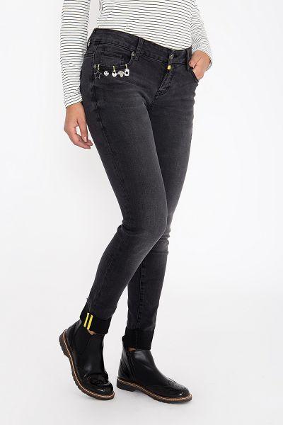 BLUE MONKEY Skinny Fit Jeans mit kontrastigen Zierstepps und Accessoires Honey